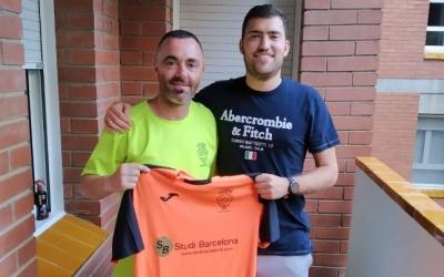 Pep Girvent (dreta), lluint la samarreta del Grups Arrahona juntament amb el coordinador del club, Jose Gómez. | Grups Arrahona