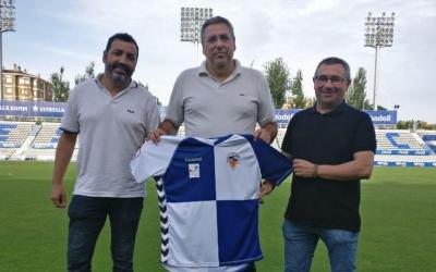 Nakor Bueno (nou entrenador), Toni Cáceres i Jordi Rodríguez durant la presentació del nou cos tècnic del filial arlequinat. | CE Sabadell