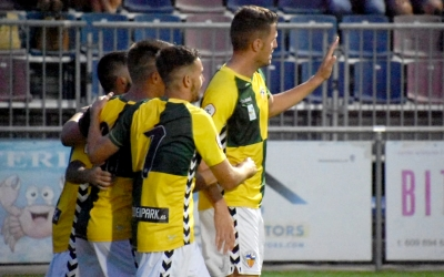 Édgar felicitat pels seus companys després del doblet signat ahir a Llagostera | Críspulo Díaz