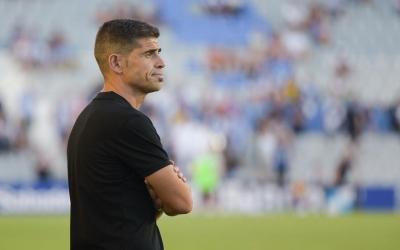 Antonio Hidalgo observa amb resignació el Sabadell-Castellón ahir a la Nova Creu Alta | Roger Benet