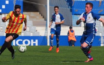 Max Marcet persegueix Robert Simón en un Sabadell B-Sant Andreu jugat fa dos anys i mig a la Nova Creu Alta | Judit Andreu (UESA)