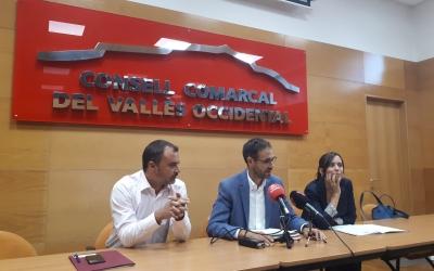 Ignasi Giménez (centre) amb els alcaldes de Terrassa i Sabadell/ Karen Madrid