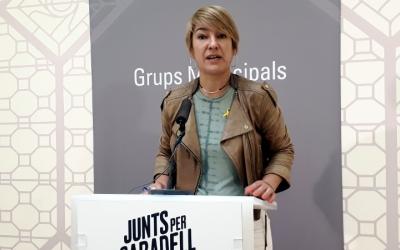 Lourdes Ciuró, presentant la moció en roda de premsa/ Karen Madrid