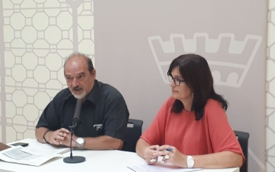 Manel Robles i la cap de servei d'Educació/ Karen Madrid