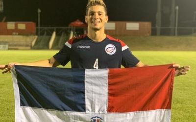 Brian López amb la bandera de la República Dominicana després de classificar-se per a l'última fase del classificatori | Twitter
