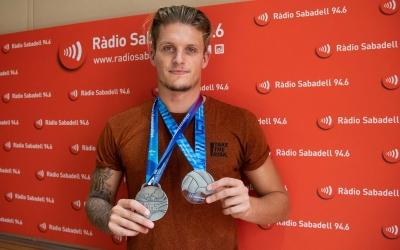Cabanas, mostrant les medalles de subcampió mundial i europeu | Roger Benet