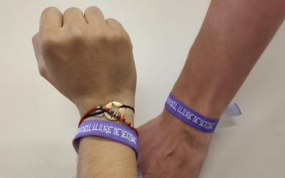 L'Ajuntament ha repartit més de 2.000 polseres de la campanya 'Només sí és sí' | Ràdio Sabadell