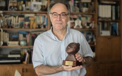 Casablancas amb el Premi Alícia al seu domicili | Roger Benet