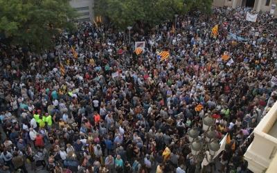4.000 persones rebutgen, a la plaça de Sant Roc, l'operatiu de la Guàrdia Civil contra els CDR | Roger Benet