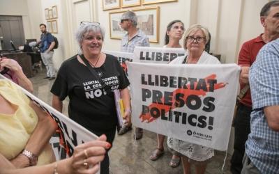 Nani Valero, portaveu de la Crida, accedint al Ple municipal | Roger Benet