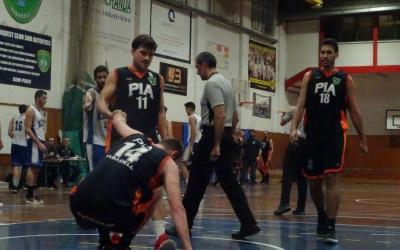 Jordi Gorina ajuda el capità Oriol Andrés a aixecar-se | Sergi Park
