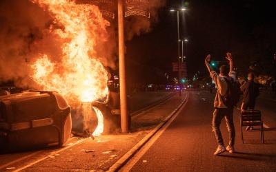 Moment de l'incendi de dos containers a la Gran Via | Roger Benet