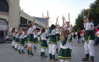 Els més menuts dels Bastoners ahir davant el Mercat Central | Helena Molist