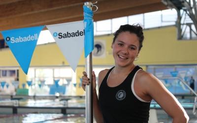Catalina Corró a la piscina interior de Can Llong | Pau Vituri