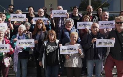 Membres de la Crida amb cartells de la nova campanya Responem   Cedida