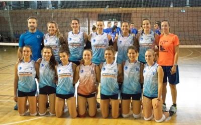 Les jugadores del sènior femení amb el seu entrenador Hugo Gotuzzo | CNS Vòlei