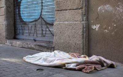 Imatge d'una persona dormint al carrer | Fundació Arrels
