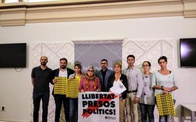 Els regidors i regidores dels tres partits independendistes en la roda de premsa celebrada aquesta tarda | Helena Molist