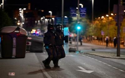 Un policia durant els aldarulls d'ahir/ Roger Benet