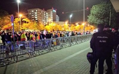 Agents de la Policia Nacional supervisant la concentració | Helena Molist