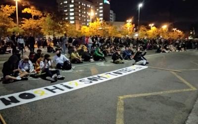 Els concentrats asseguts davant la comissaria de la Policia Nacional | Helena Molist