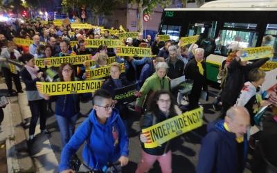 Mig miler de persones recorren el centre de Sabadell en una manifestació independentista | Pau Duran