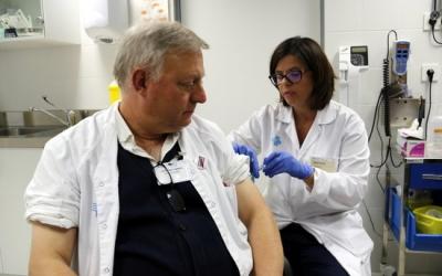 Dos sanitaris vacunant-se/ ACN