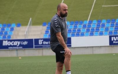 Manolo González, dirigint un entrenament del Badalona | Eloy Molina