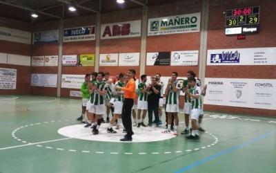Felicitat entre els jugadors de l'OAR Gràcia després de sumar un altre triomf a casa | Sergi Park