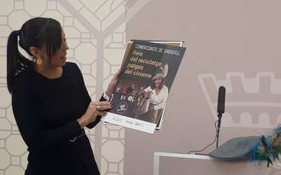 Marta Farrés, amb un dels cartells de la campanya per fomentar el reciclatge/ Karen Madrid