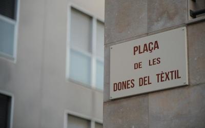 La placa posada a la Plaça de les Dones del Tèxtil, abans de l'Alcalde Marcet | Roger Benet
