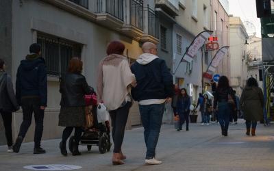 Els vianants caminant tranquilament pel carrer Sant Pere | Helena Molist