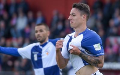 Ballesteros celebra un dels dos gols de la salvació a Olot | Roger Benet