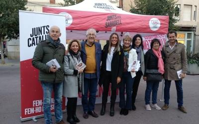Míriam Nogueras i Lourdes Ciuró amb la resta de l'equip de Junts per Sabadell al Passeig | Helena Molist