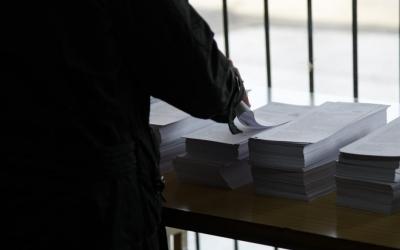 El fred ha estat el protagonista de l'inici de la jornada electoral | Roger Benet