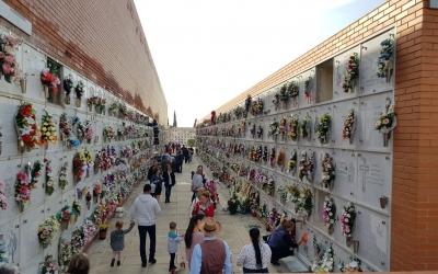 El cementiri de Sabadell el dia de Tot Sants | Raquel García