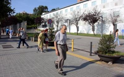 Gent Gran caminant en una imatge d'arxiu | ACN