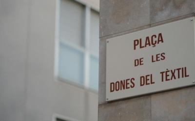 Placa de la plaça de Les Dones del Tèxtil/ Roger Benet