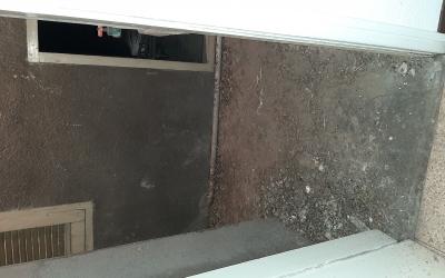 Imatge de l'acumulació d'excrements de colom en aquest edifici del carrer Regàs | Ricard González