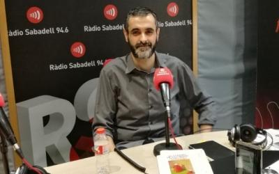 Ferran Burguillos, als estudis de Ràdio Sabadell/ Arxiu