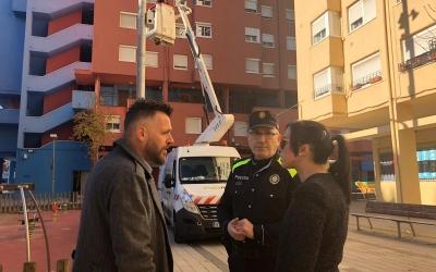 Instal·lació de les càmeres de seguretat amb l'alcaldessa i el regidor de seguretat | Ajuntament de Sabadell