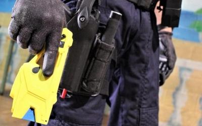 Agent dels Mossos d'Esquadra amb una Taser | Europa Press