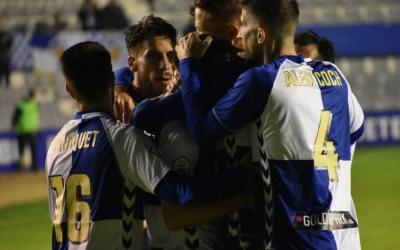 Abraçada col·lectiva dels jugadors del Sabadell en el partit de la setmana passada contra l'Ejea | Críspulo Díaz