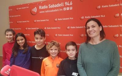 MartaBarrachina, impulsora del projecte, amb alumnes de l'Escola Ribatallada | Raquel García