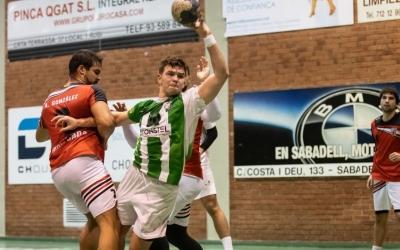 Guillem Correro, intentant passar entre jugadors rivals | Èric Altimis - OAR Gràcia