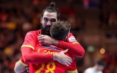 Aleix Gómez, abraçant-se amb Jorge Maqueda | Luka Stanzl - PIXSELL