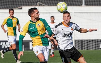 Grego Sierra, en una acció defensiva a l'Antonio Puchades | Valencia CF