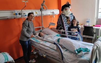 L'Ambaixador Reial visita als infants que estan hospitalitzats al Taulí | Pau Duran
