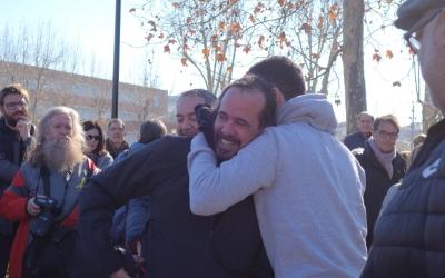 Jordi Ros abraçant amics i familiars al carrer d'Emprius | Helena Molist