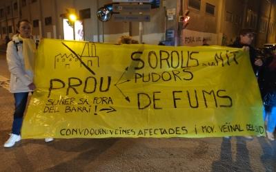 La pancarta que protagonitza el tall de trànsit al carrer Balmes té 20 anys | Pau Duran